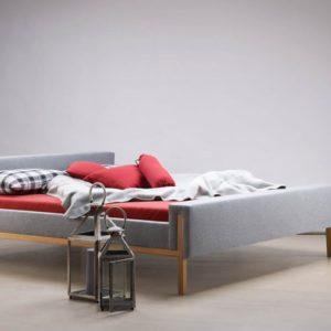 Polsterbett mit Holzfüssen «Serafin»