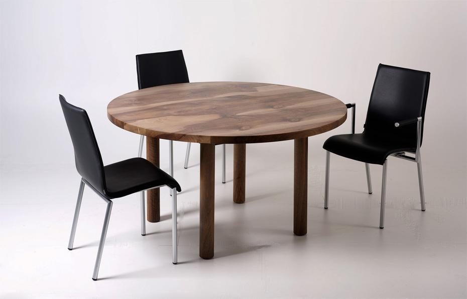 Tisch_rund_Nussbaum_Holzbeine