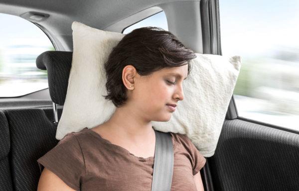 DORMIENTE-Reisekissen-Travelpillo-Med_im Auto