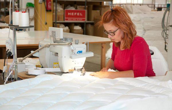 Marke_HEFEL-Decken-und-Kissen_Produktion_Näherin