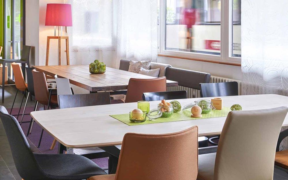 «öko trend» Ausstellung mit Tische aus Massivholz
