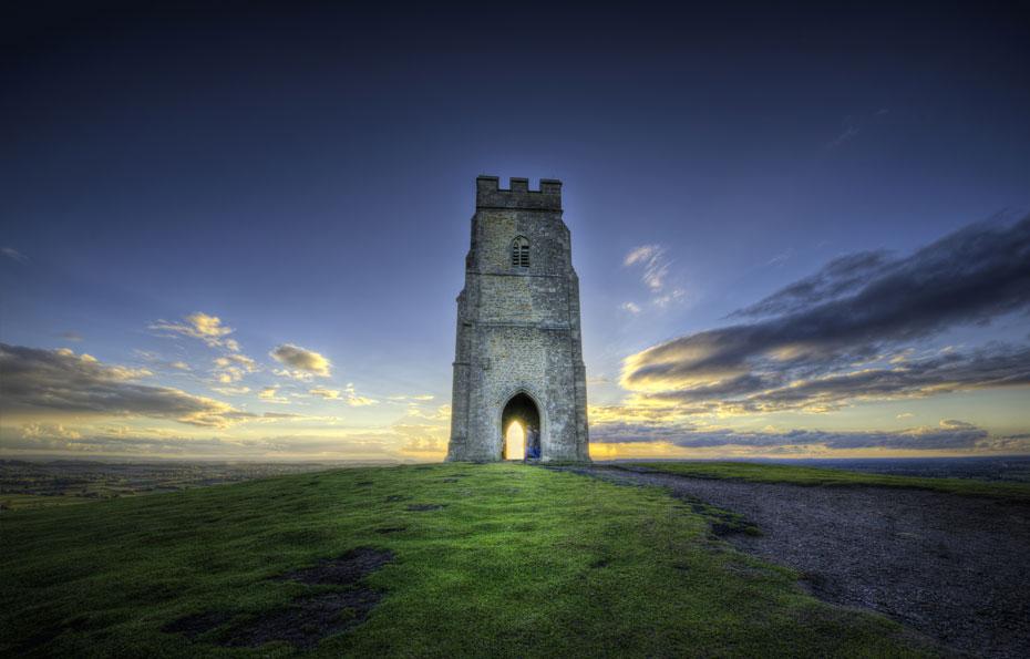 Das Glastonbury Tor bei Sonnenaufgang.