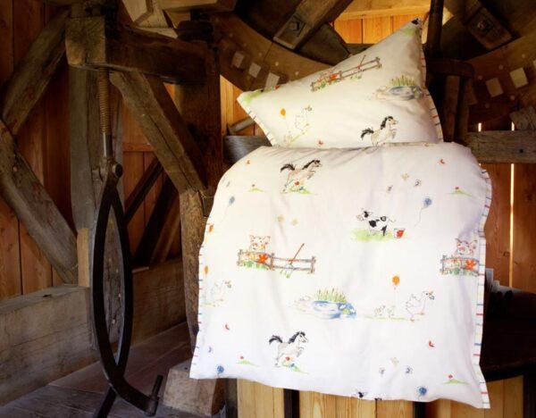 COTONEA_CCAL_Kinderbettwaesche-Bio-Baumwollsatin-Tiermotiv-auf dem Lande-Scheune