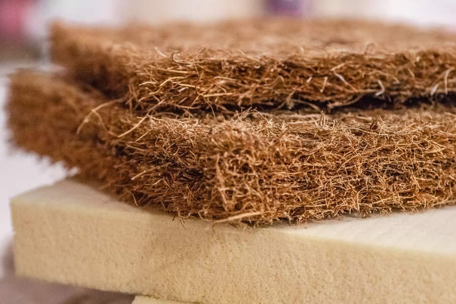 Latexierte Kokosfasern, als Einlage für Matratzen und Futons.