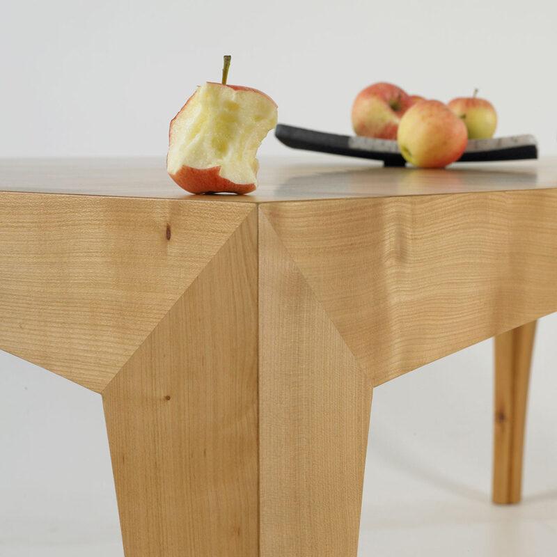 tisch-pegasus-kirschbaum-detail-apfel